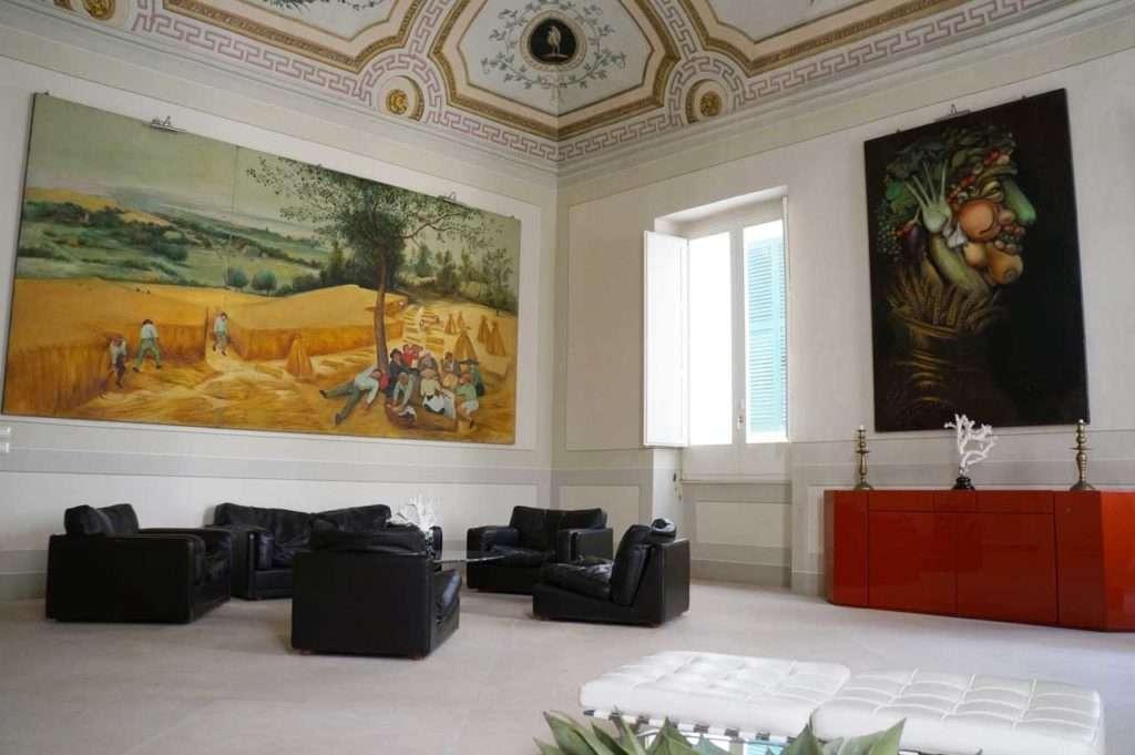 Soffitti a volta, dipinti e arredi di design nella sala comune di ...