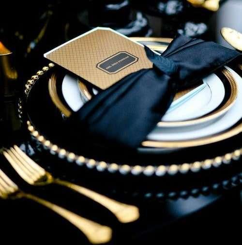 Posate-oro-e-dettagli-neri-una-tavola-da-sogno_2