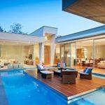 Una piscina con cascata: idee e spunti per realizzarla al meglio.
