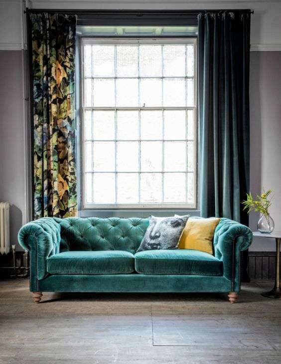 divano velluto verde smeraldo con tende