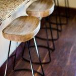 Sgabelli di design: legno e metallo valorizzano la cucina