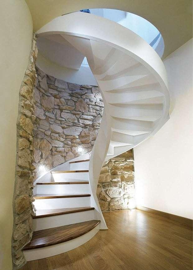scale moderne per interni con pareti in pietra