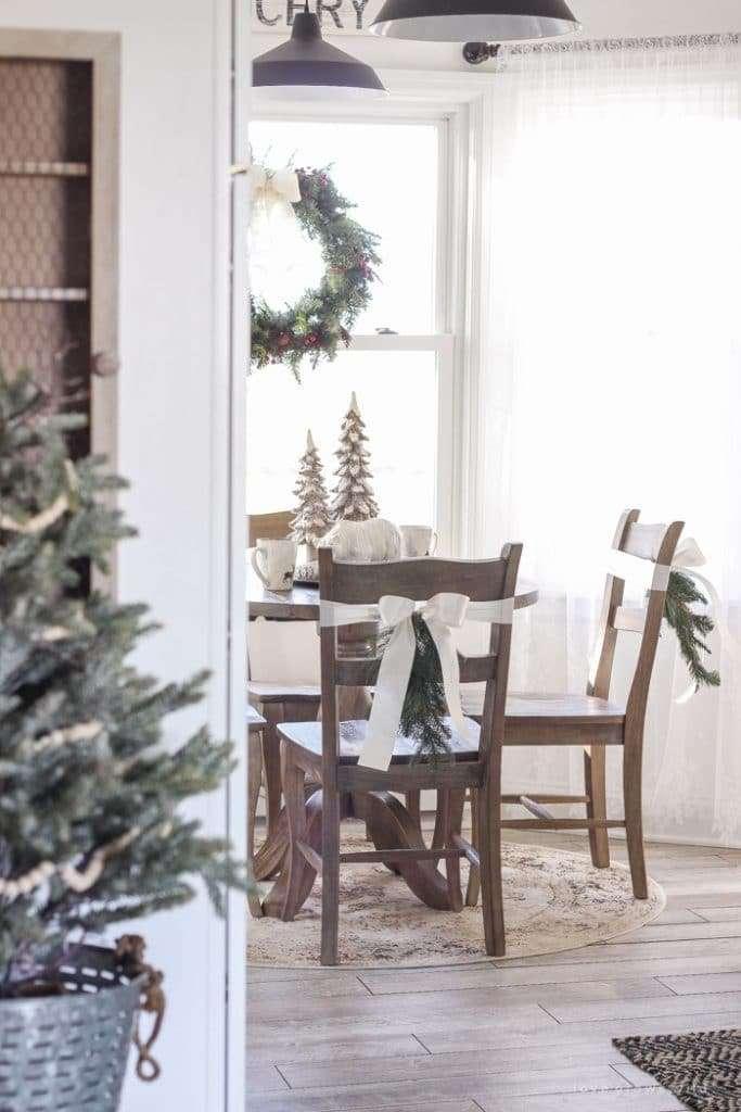 natale-in-cucina-e-sedie-decorate
