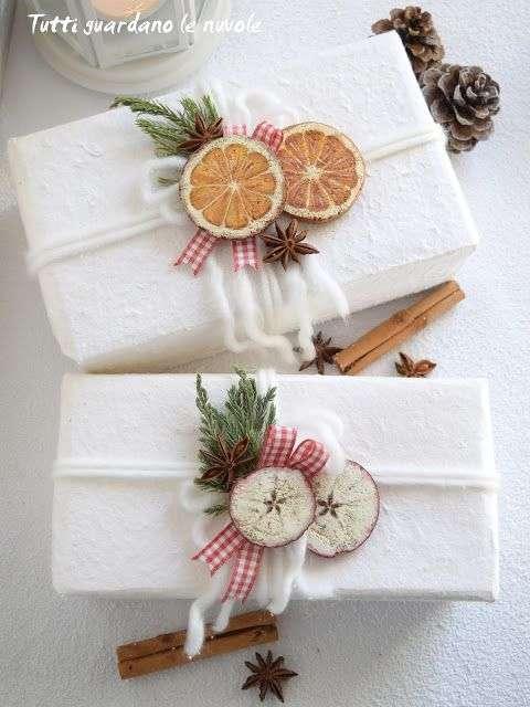 pacchetti regalo di natale con frutta essiccata