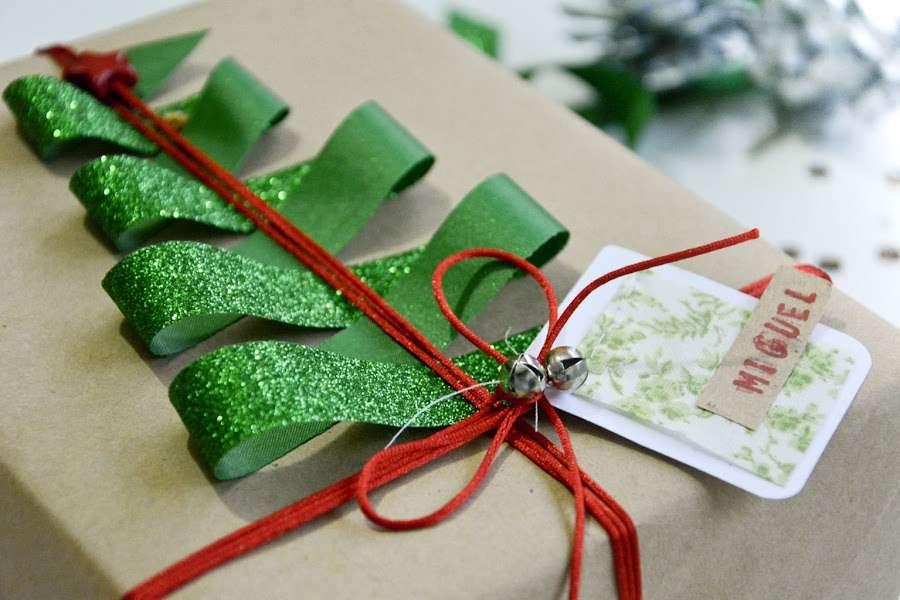 pacchetti regalo natalizi con campanellini
