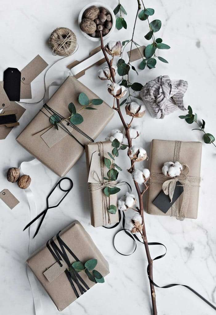 pacchetti regalo natalizi con elementi natura