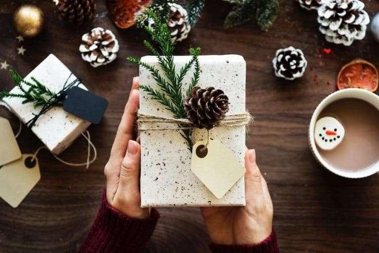 pacchetti regalo natalizi con elementi naturali