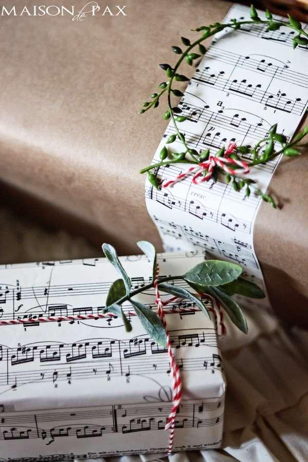 pacchetti regalo natalizi con note musicali