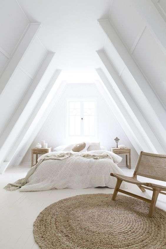camera da letto bianca in mansarda
