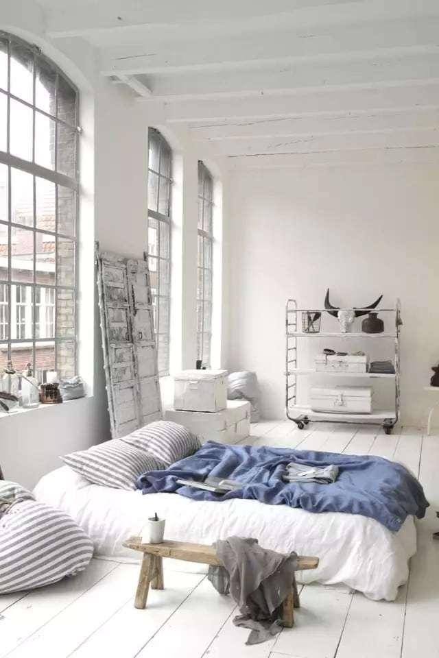camera da letto bianca in stile industriale
