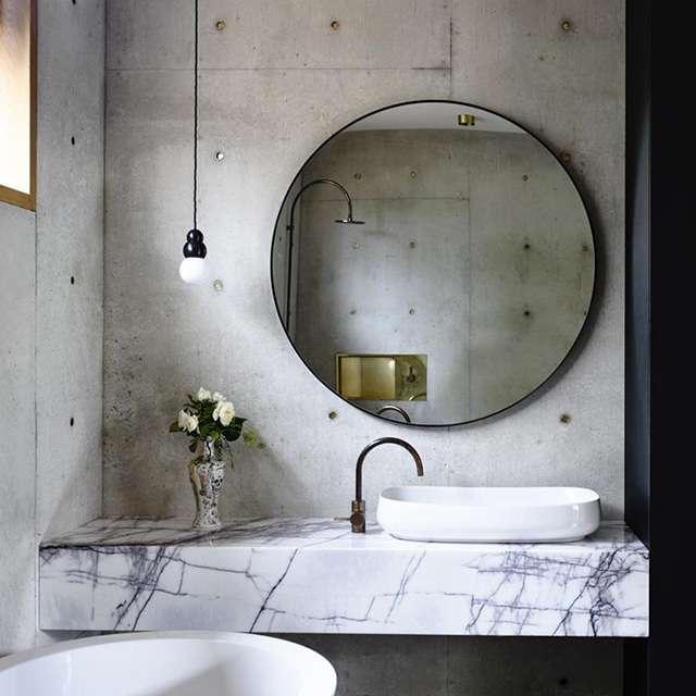 Bagni in marmo con dettagli in stile industriale