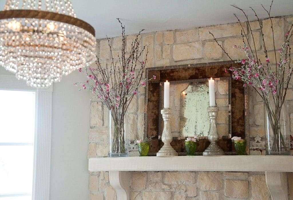 camino romantico decorato con rami fioriti