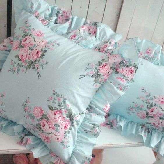 cuscini shabby chic azzurri con motivi floreali