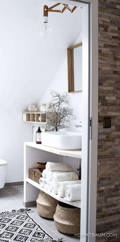 bagno piccolo e mensola porta oggetti