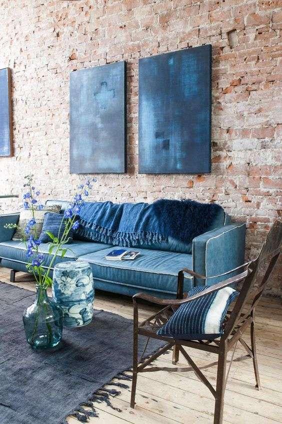 divano in stile industriale in pelle colorata