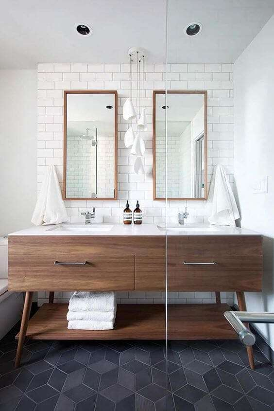 specchio doppio con cornice in legno per bagno