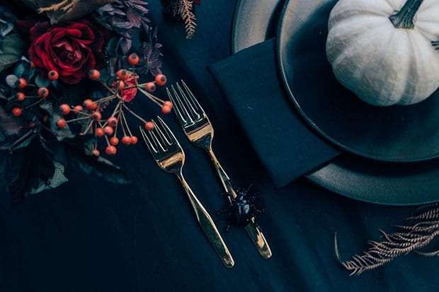 apparecchiare la tavola ad halloween con colori scuri