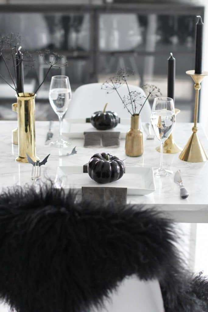 apparecchiare la tavola ad halloween in bianco e nero