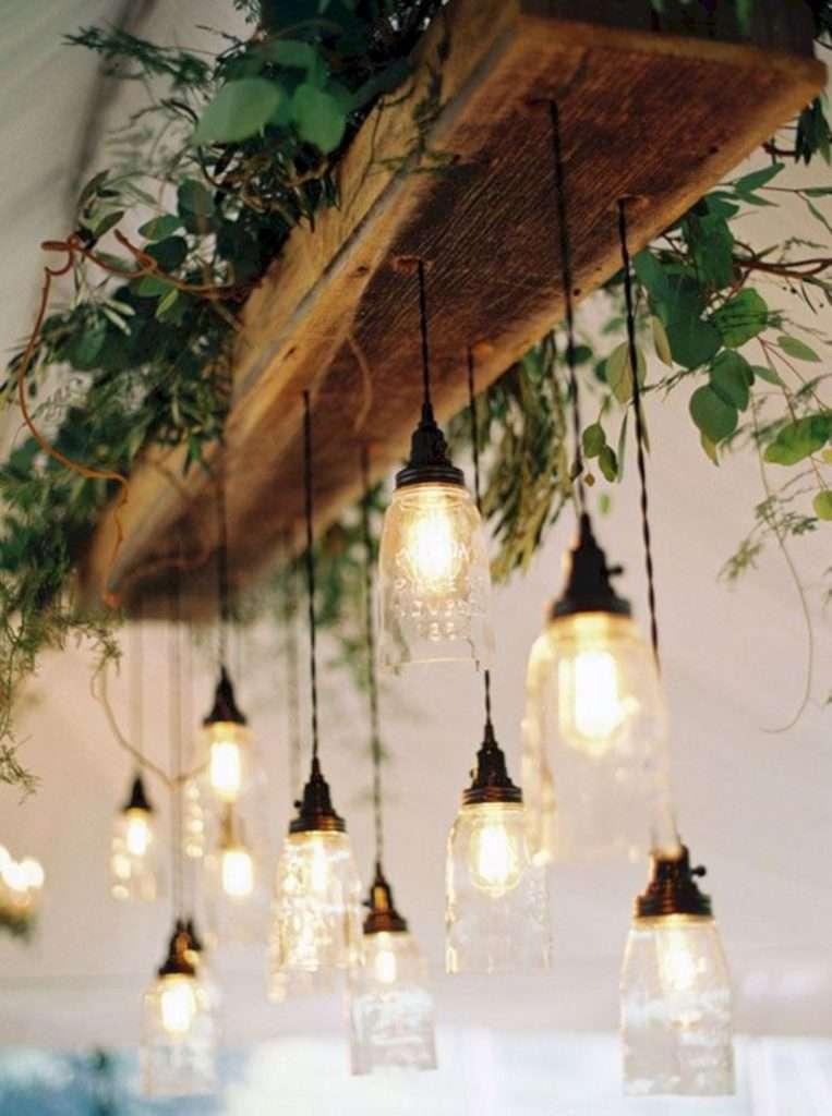 lampadario in legno naturale con elementi sospesi