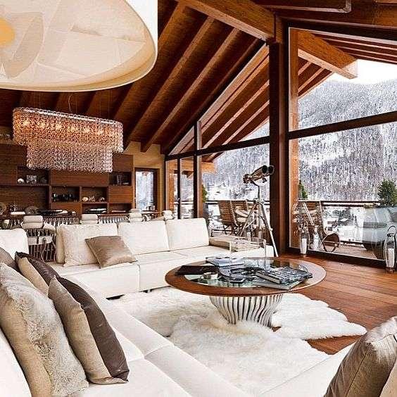 case in montagna con vetrate